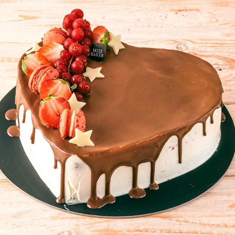 Tort umed de ciocolata si capsuni